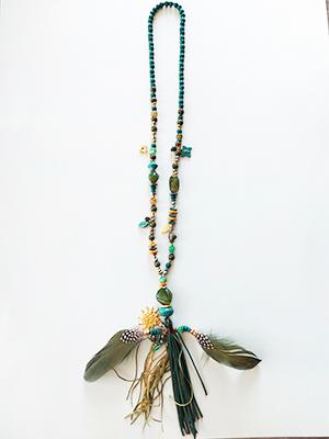 Collar verde de cuentas y plumas